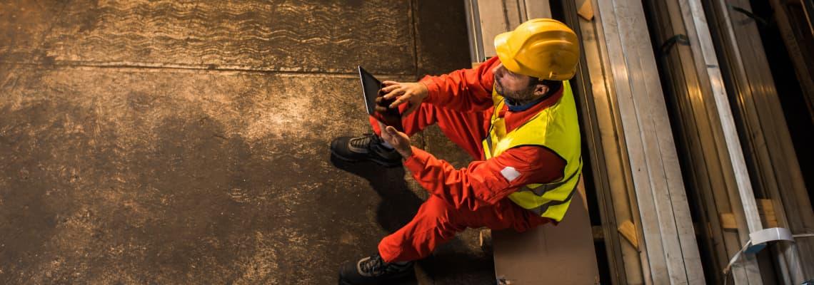 Mann nutzt EUROPAGES auf einem Tablet
