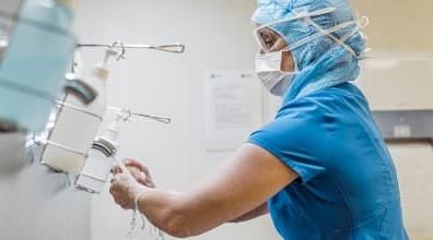 Medizinisches Personal reinigt die Hände mit Seife und Desinfektionsmittel