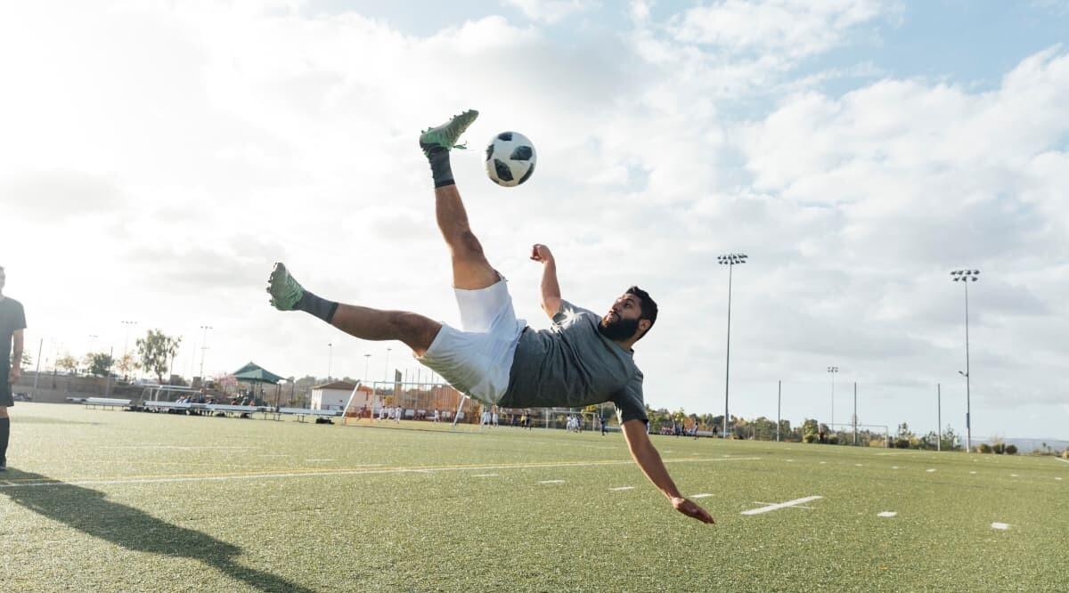 Fußball-Spieler schießt Ball