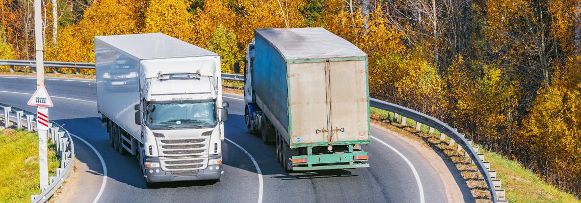 Zwei Lkw von Lieferanten