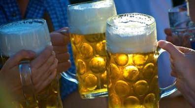 Beer Distribution Game: Anstoßen mit Biergläsern