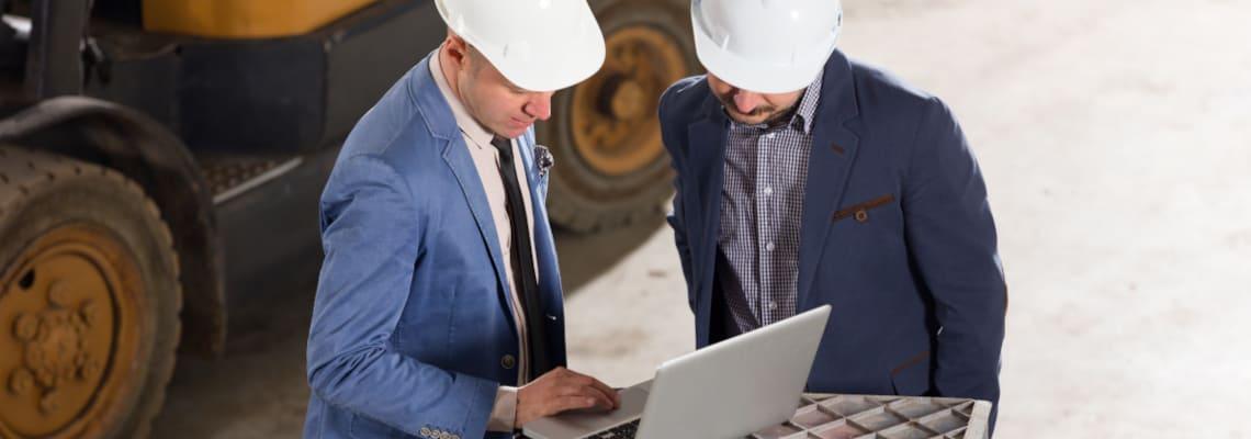 Mitarbeiter recherchieren über Digitalisierung