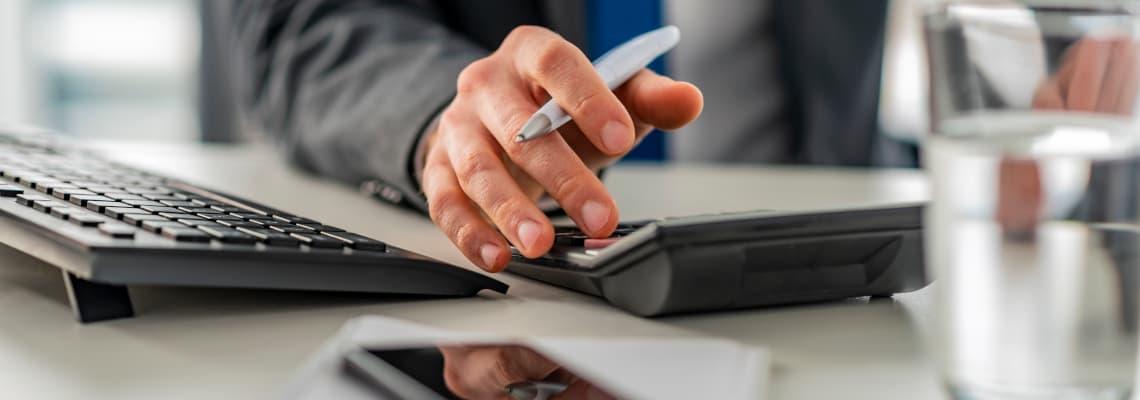 Prokurist berechnet den Deckungsbeitrag eines Lieferanten