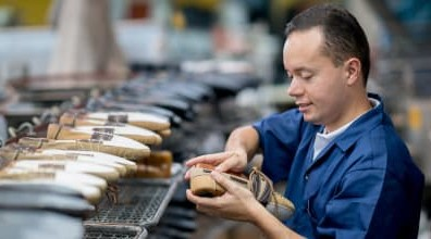 Arbeiter in einer Schuhfabrik könnte vom Lieferkettengesetz profitieren