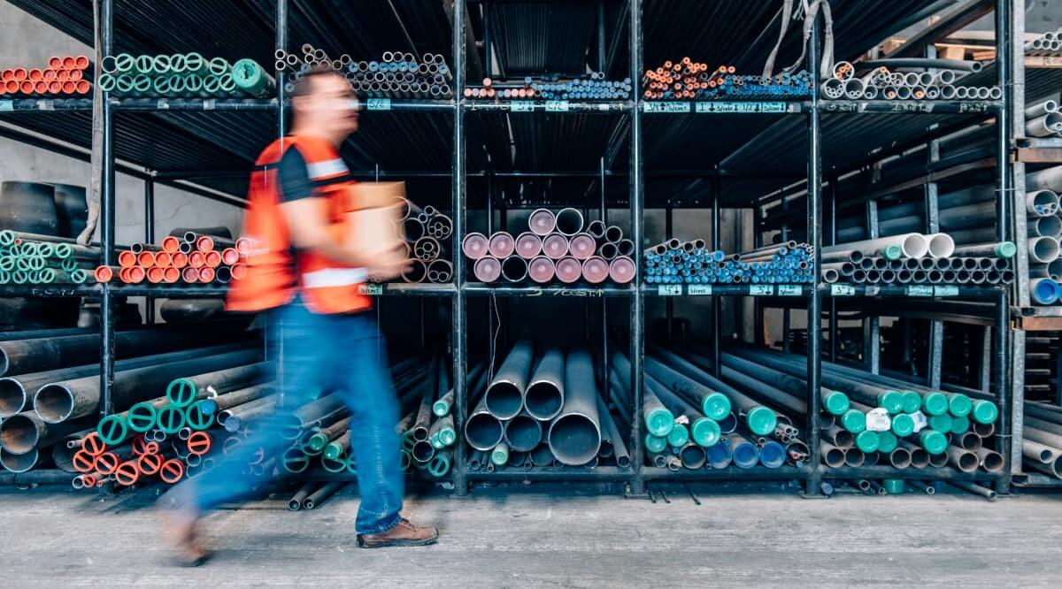 Arbeiter vor Materialregal