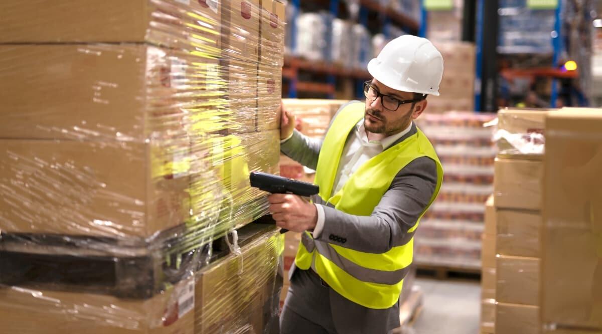 Arbeiter scannt Verpackung